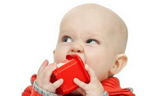 Ребенок берет в рот игрушку